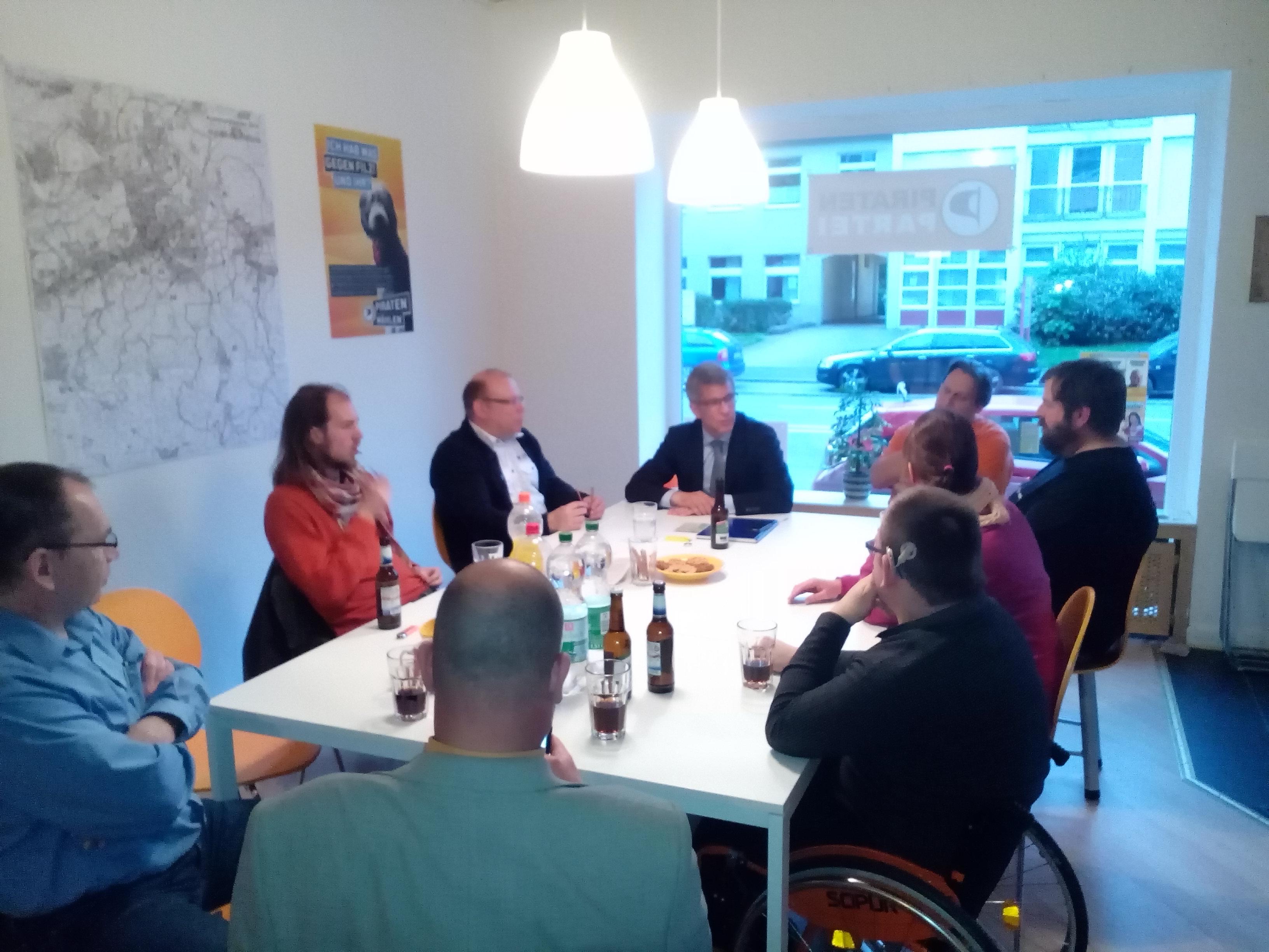 OB-Kandidat Erik O. Schulz in der Geschäftsstelle der Piraten Hagen