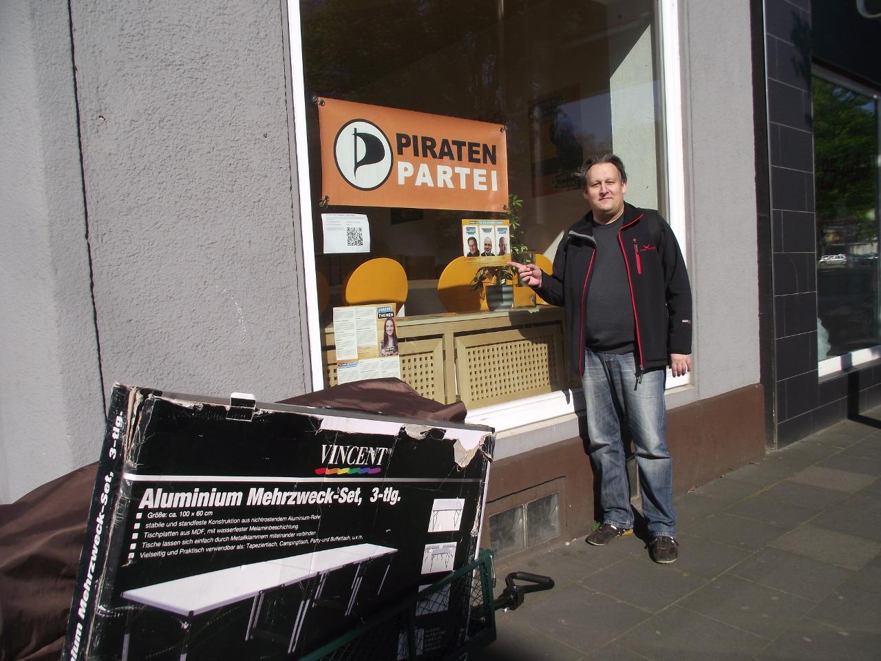Spitzenkandidat Thorsten Kiszkenow mit Bollerwagen