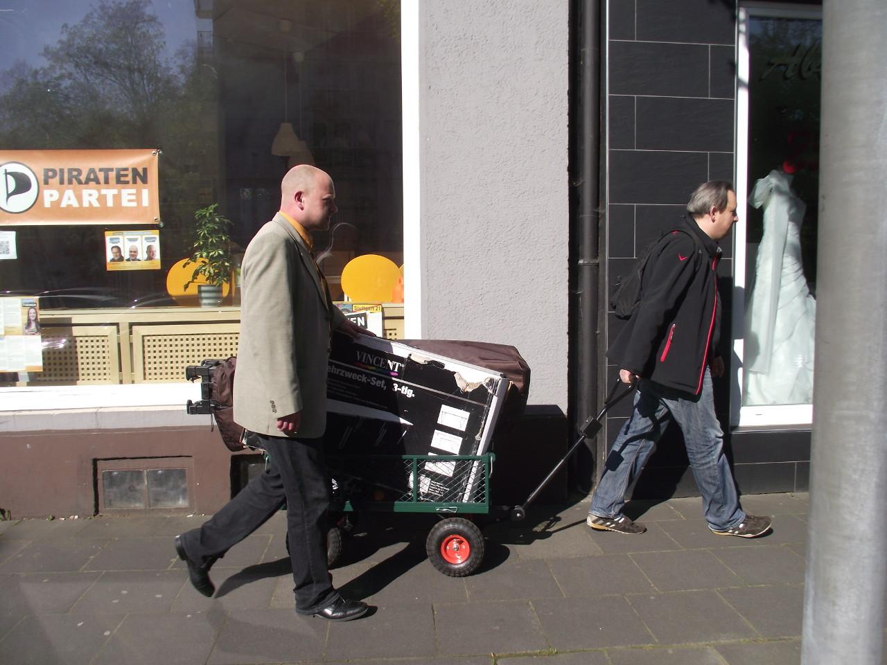 Spitzenkandidaten Christian Specht und Thorsten Kiszkenow mit Bollerwagen