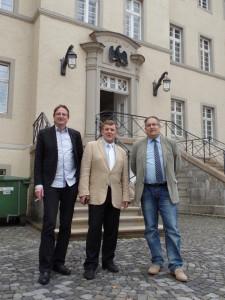 Frank Schmidt (BfHo), Meinhard Starostik (Anwalt) und Thorsten Kiszkenow vor dem Verwaltungsgericht Arnsberg